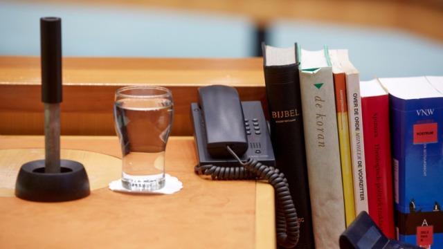 2013-06-25 16:44:24 DEN HAAG - De bijbel, de Koran en de voorzittershamer bij de stoel van de Tweede Kamervoorzitter Anouchka van Miltenburg in de Tweede Kamer tijdens het vragenuurtje. ANP MARTIJN BEEKMAN